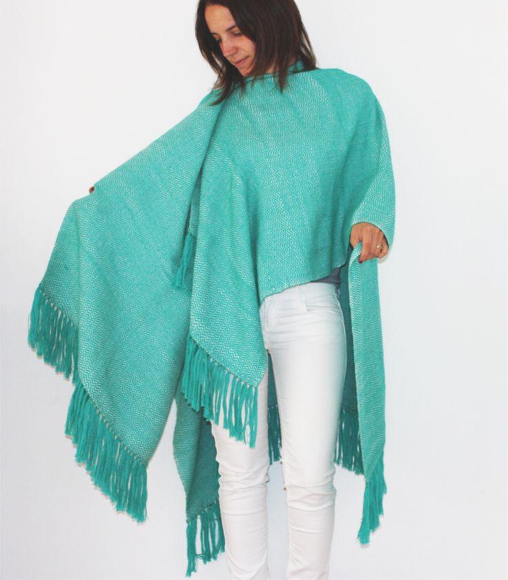 Poncho baby alpaca, tejido a telar manual. Color turquesa.