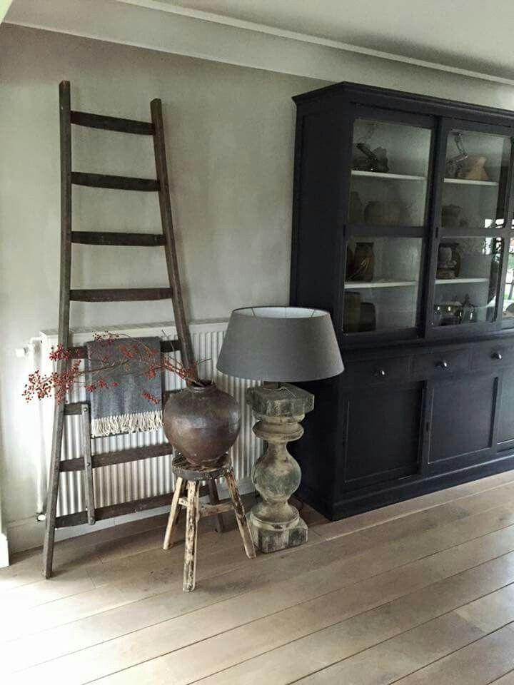 Ladder en decoratie om de verwarming wat aan het zicht te onttrekken.