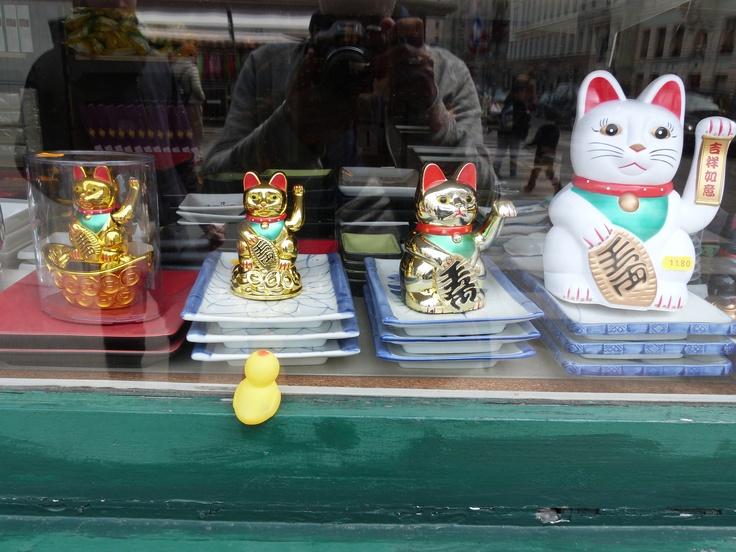 Winkende Katzen auf dem Naschmarkt. Keine Ahnung welchen Narren die an mir gefressen haben...