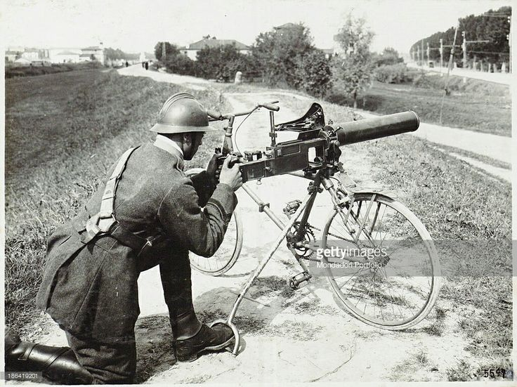 Dimostrazione dell'uso nei reparti Ciclisti della mitragliatrice fiat-revelli mod.14