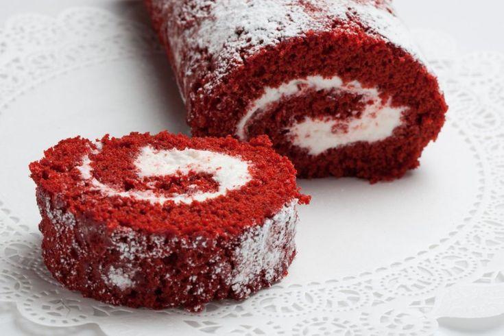 Wer ein außergewöhnliches Rezept für das nächste Gebäck sucht, liegt mit der Red-Velvet-Roulade genau richtig.