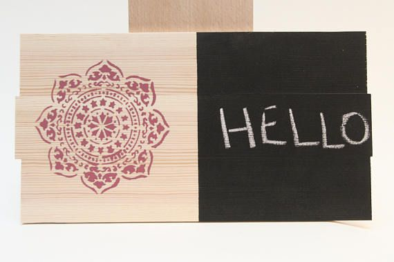 La tavoletta con parte scrivibile è realizzata con pittura nera per lavagne. Può essere utilizzata come porta memo.