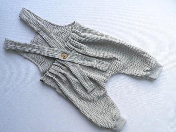 Stylisch lässige Latzhose mit Trägern ein Allrounder in pastellgrau aus Musselin ein feines weiches Doppelgewebe mit typischer Crinkeloptik - Diese Latzhose lässt sich als Basic mit allem kombinieren und sollte in keinen Baby Kleiderschrank fehlen! - Der bequeme Schnitt gibt deinem Liebling Platz sich frei und unbeschwert bewegen zu können. - Knopf hinten für variable Trägerlänge - Elastischer Bund am Rücken, elastische Bündchen an den Beinen - Unisex für Jungen & Mädchen - Einzelstück i...