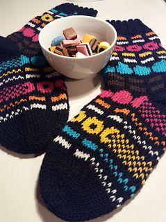 Varresta varpaisiin neulottavat sukat. Lankana on käytetty Novita 7 Veljestä väreissä musta, valkoinen, turkoosi, oranssi, pinkki, keltainen ja ruskea.