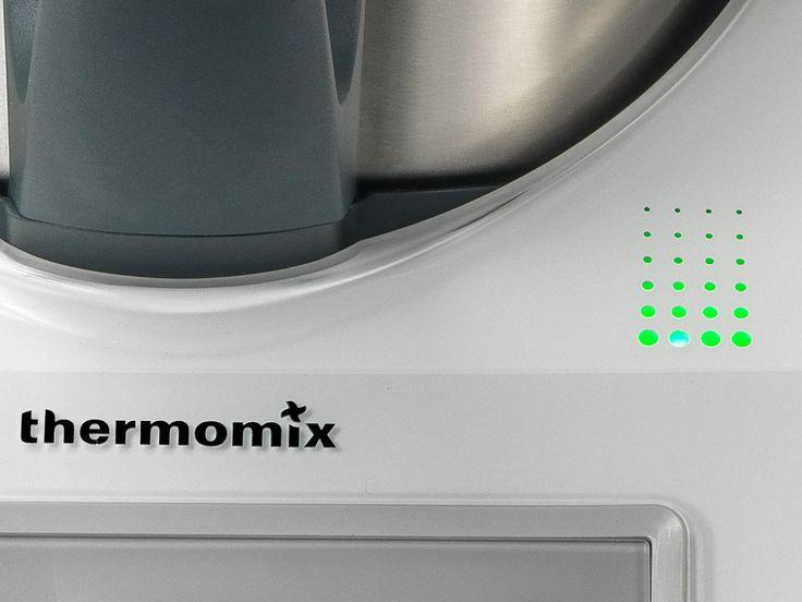 Thermomix ® firmy Vorwerk jest unikalnym i uniwersalnym urządzeniem kuchennym, które zmieni Państwa sposób gotowania, umożliwiając uwolnienie Państwa całego potencjału kulinarnego, jednocześnie oszczędzając czas i nakład pracy. Kompaktowa konstrukcja robota kuchennego sprawia, że zajmuje on niewiele miejsca na blacie kuchennym. Thermomix ® oferuje niezrównaną moc, różnorodność i innowacyjność, wykonując liczne zadania w kuchni.