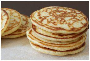 Los blinis son por decirlo de alguna manera... las tortitas rusas. Los ingredientes son parecidos pero estos incorporar yogur y nada de azúcar, lo cual los hacen ideales para acompañamientos salados.