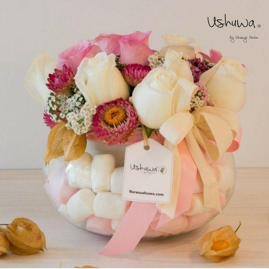 Apapachoa: Rosas blancas, rosas y un toque de dulce de masmelos.