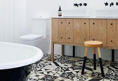 Ванная в скандинавском стиле- белые стены и национальные узоры на полу