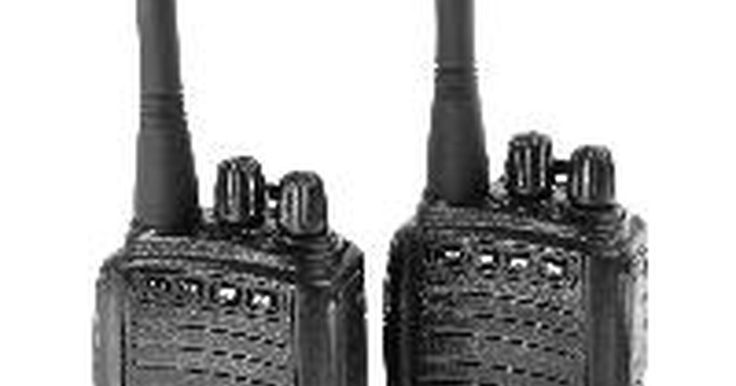 Instrucciones del dispositivo Cobra Microtalk. Las radios de dos vías son una conveniente forma para hablar con alguien que se encuentra dentro de un radio de dos millas (3.2 kilómetros), como por ejemplo durante una excursión o una visita a un centro comercial. A diferencia de un teléfono celular, las radios de dos vías, como la Cobra Microtalk, no cobran una cuota mensual y no requieren que ...