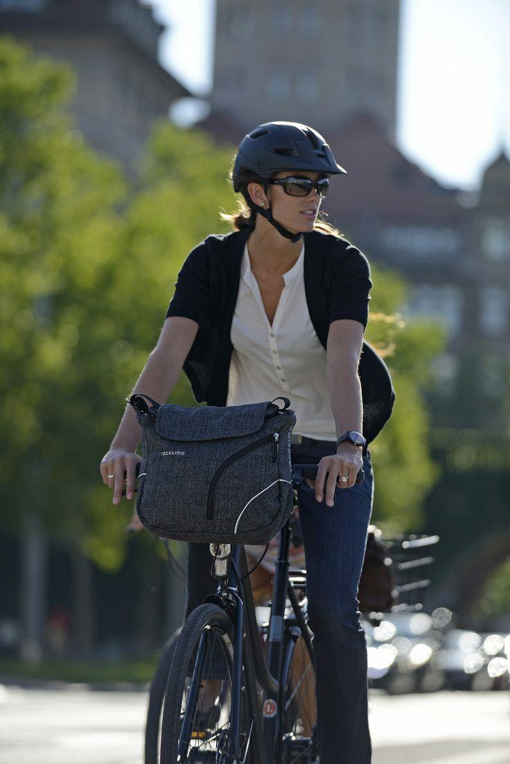 ¡Todo en uno! Shoulder-it Front es un bolso de bicicleta y al mismo tiempo un atractivo bolso que puedes llevar colgado en el hombro.