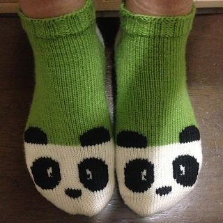 Panda ankle socks - free knitting pattern for kitty socks with mods