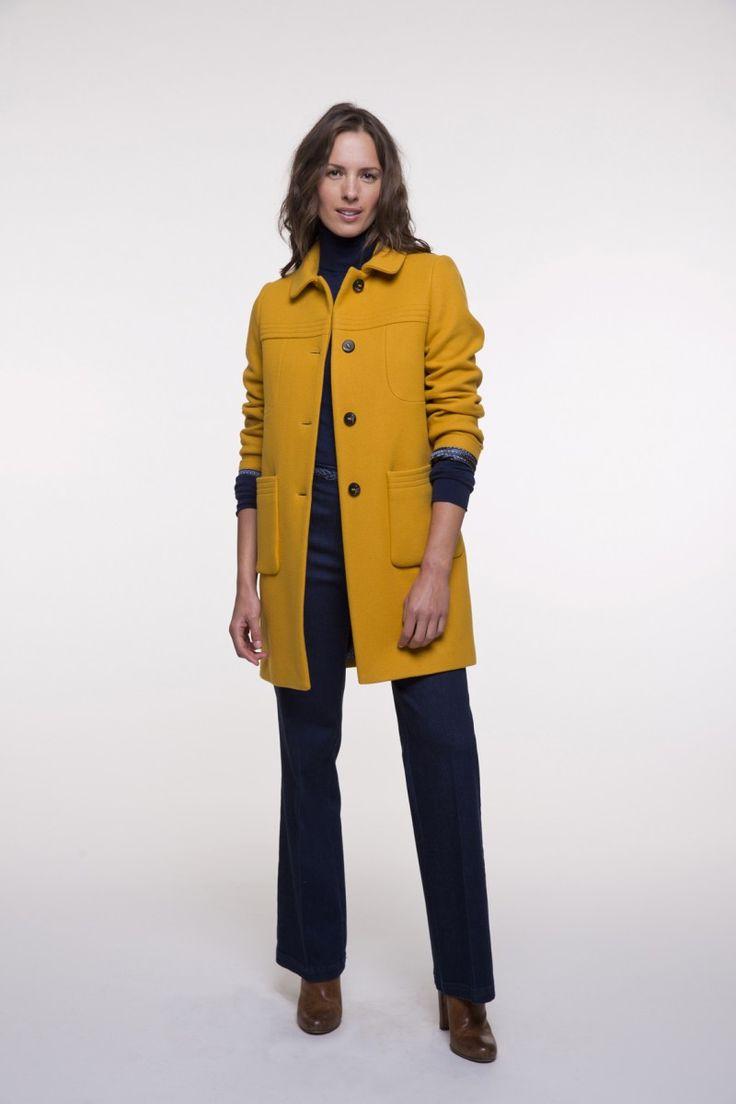 Manteau mi-long ocre en laine vierge pour femme.