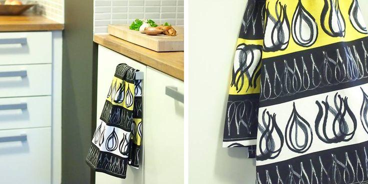 Väriä keittiöön! Kangastuksen keltainen sipulikeitto-kuosi sopii loistavasti keittiön tekstiileihin. Kauniit keittiöpyyhkeet syntyvät nopeasti vaikka itse ompelemalla. Käännä vain reunat ja lisää ripustuslenkki tarvittaessa. Saatavana myös harmaana.