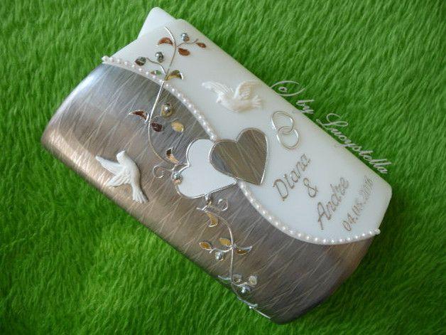 **Hochzeitskerze SF24 Rahmen Herz Ranke silber silber** Kerzengröße: Sonderform Ellipse 2 Flügel 185/115/60 mm weiß  Die Hochzeitskerze ist inklusive Beschriftung. (Namen und Datum)  Es...