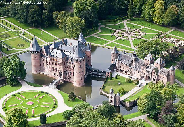 KASTEEL DE HAAR - The largest castle of the Netherlands. View more > http://destinations-for-travelers.blogspot.com.br/2013/06/kasteel-de-haar-castelo-em-utrecht-haarzuilens-holanda.html #castles #netherlands #castle