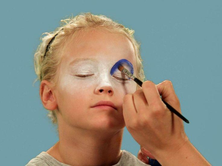 halloween-trucco-bambina-occhio-blu-base-bianca-pennello-ombretto