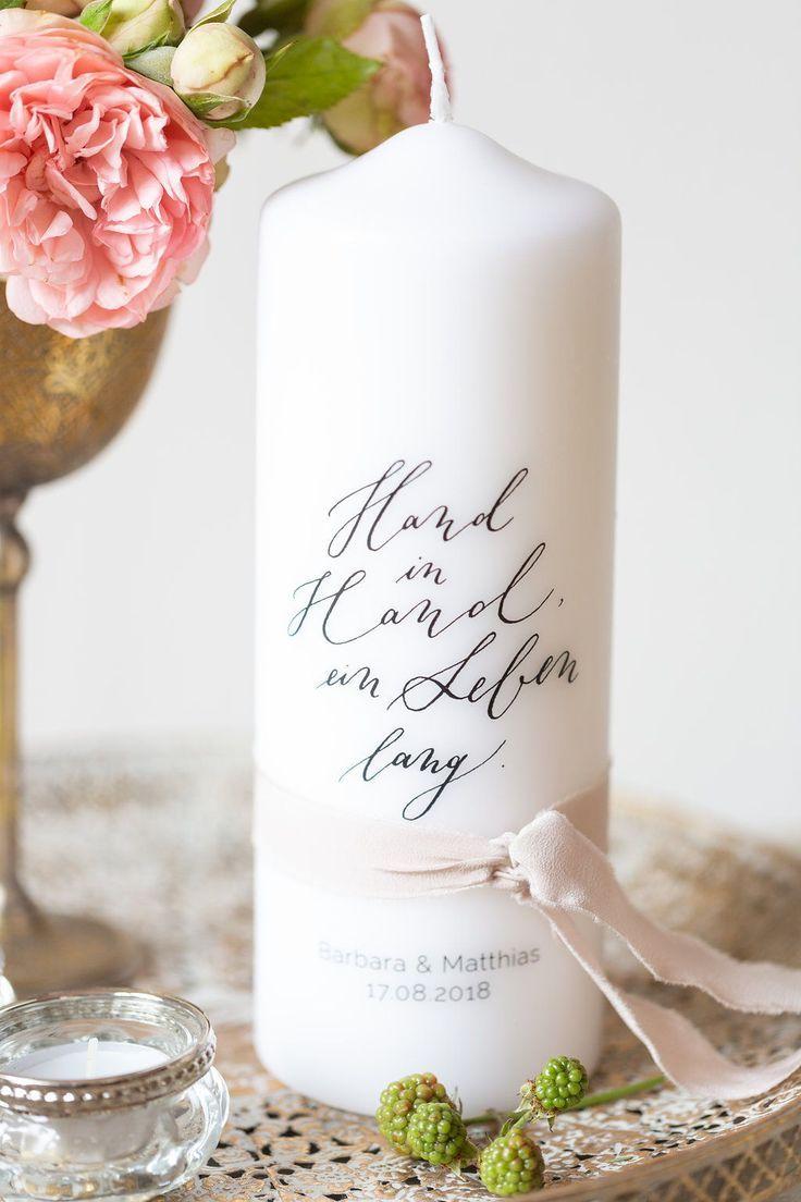 """personalisierte Hochzeitskerze und Traukerze modern mit Spruch Kalligrafie """"Hand in Hand ein Leben lang"""" – individuelle Traukerze"""