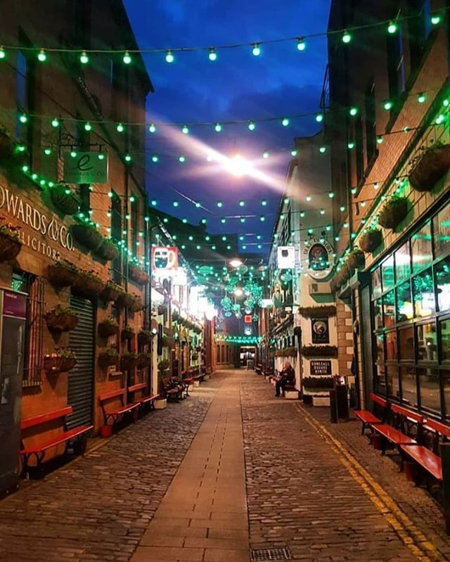Green as far as the eye can see : PHOTO  @random_rax LOOKING FORWARD TO THE WEEKEND? ___________________________________________________________ #CommercialCourt #DukeOfYork #Belfast #CathedralQuarter #BelfastAtNight #NorthernIreland #Ireland #DiscoverNI #DiscoverIreland #VisitBelfast #Night #Urban #StPatricksDay #Shouldertoshoulder #instagood #pub #guinness #beer #celebrate #rugby