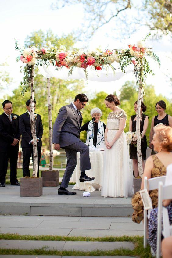 Ceremonia religiosa Judía. Chuppah con hortensias blancas, peonias, ruscus italiano, rosas, eucalipto y helecho por Sebesta Design. Foto de Liz And Ryan.