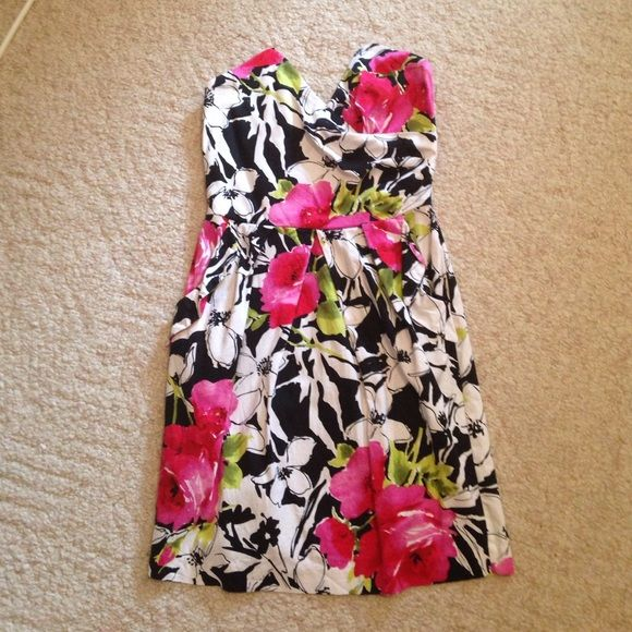 Floral cocktail dress Floral cocktail dress with pockets! Like new. Size 11. Not super fitted around the hips so great for anyone looking to flatter a curvier bottom half! Dresses