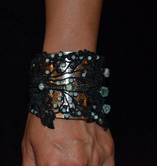 Bracelet en dentelle de Calais serti d'aigues-marines et de cristaux de Swarowski.