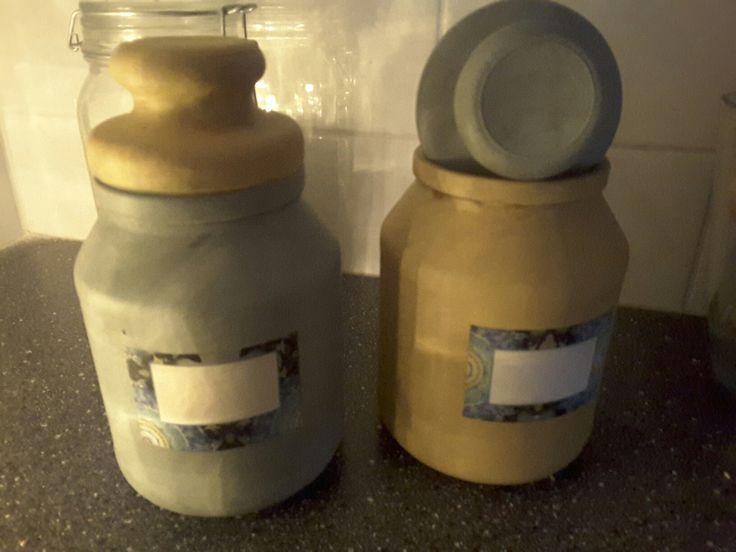 2 lege oploskoffie flessen met krijtverf Kwantum en antiek boenwas krijgen zo weer een functie.