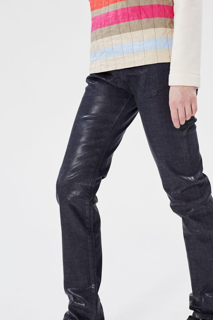 Брюки MM6 Maison Margiela из блестящего материала подойдут к простым черным вещам и грубым ботинкам.