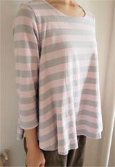 『CHECK&STRIPE てづくりでボンボヤージュ』(集英社)よりAラインTシャツを天竺ボーダーを作りました。 用尺…1.4m 袖丈を27.2cmに伸ばして42cmにし、袖口を20.5cmになるように作りました。ピンク×グレーの配色がお気に入りで、迷わずAラインTシャツを作りました。七分丈に袖を伸ばしたことで、季節問わず活躍しています。