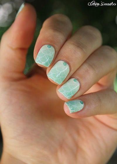 Une manucure en ecaille bleue mint #inspiration #vernis #vernismint #beaute #soin #ongles #nailart