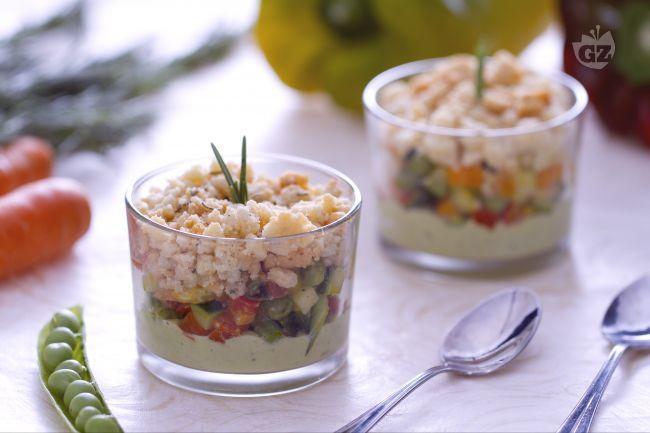 Il crumble di verdure è un saporito finger food realizzato con una dadolata di verdure, una crema di piselli e un crumble aromatizzato al rosmarino.