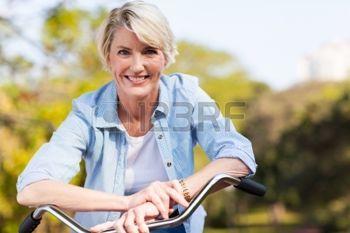 femmes matures: près portrait de femme âgée sur un vélo