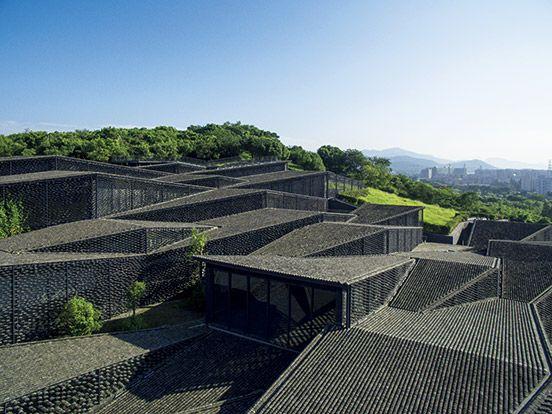 古い瓦をあしらった隈研吾デザインのミュージアム。 HANGZHOU   casabrutus.com