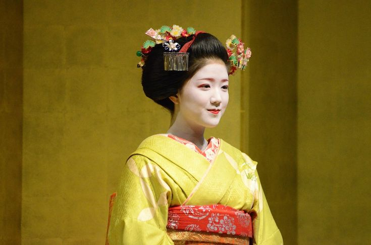 Maiko Katsuna, she is actually my favorite Maiko of Kamishichiken. I love her signature Eri, i would recognize it anwhere!