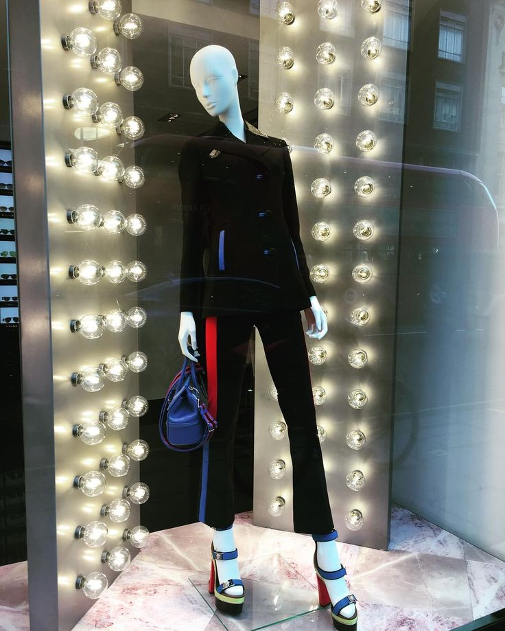 "VERSACE, London, UK, ""Light Bulb Moment"",  photo by Windowshoppings, pinned by Ton van der Veer"