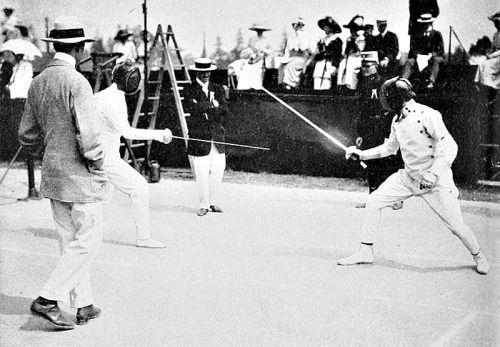 Джордж С. Паттон (справа) и Жан де Мас Латрие конкурирующих в случае ограждение современному Пятиборью на летних Олимпийских играх 1912.