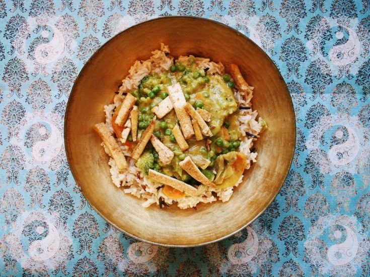 Das cremige Erdnusscurry mit Wildreis und Gemüse ist eines unserer Lieblingsgerichte der Asia-Küche. Die Sauce aus Kokosmilch und Erdnussbutter haut um.