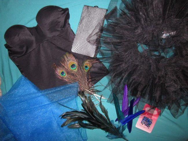 pfau-kostüm-ideen-schwarzes-top-tutu-blauer-tüll-federn-strasssteine