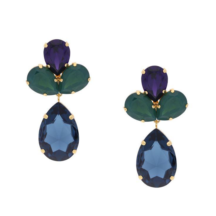 Der Steckerohrring Estrella erinnert durch seine Form an eine Blüte aus Swarovski-Kristallen. Im oberen Teil schmiegen sich drei Kristalle zu einer interessanten Farbkombination aus Grün und Lila zusammen. Darunter funkelt ein blauer Kristall, der dem Ohrring den richtigen Akzent verleiht. Ein Begleiter zu vielen Anlässen, der Blicke auf sich zieht.