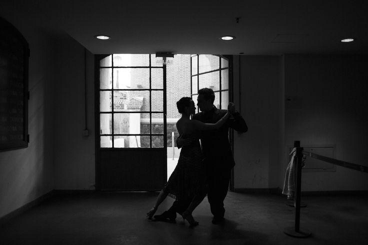 A dançarina chinesa Ping Yu e seu parceiro ucraniano Sergiy Podbolotnyy ensaiam antes da semifinal do festival mundial de #tango, em #BuenosAires. Foto: Martin Zabala/Xinhua.
