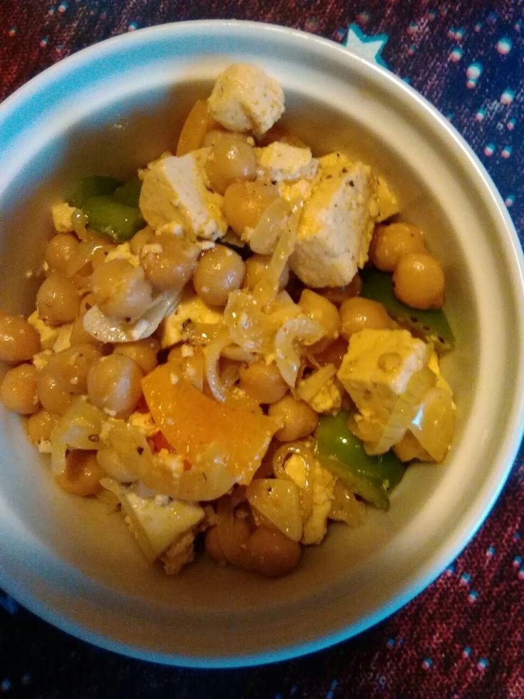 Grilované tofu, tři barevné papriky, cizrna