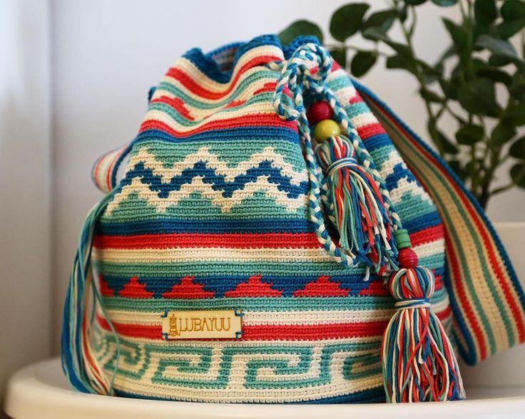 251 отметок «Нравится», 18 комментариев — Lubayuu Wayuu Crochet (@lubayuu_wayuucrochet) в Instagram: «Aquí tenemos mi bolso preferido, un exitazo del verano, la booooombaaa!!! Este se va directo a la…»