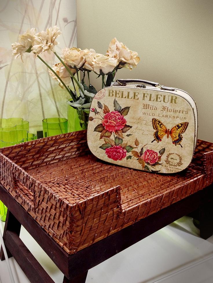 Si te gustaría tener este regalo para tu mamá síguenos, comenta y comparte esta foto. Regalo: maleta, bandeja y flores.