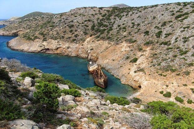 Το Ολυμπία ήταν ένα εμπορικό πλοίο που παρατήθηκε κοντά στην πόλη Κατάπολα, στο νησί της Αμοργού στην Ελλάδα, σύμφωνα με κάποιες διηγήσεις από πειρατές, το 1979, ενώ κατευθυνόταν από την Κύπρο προς την Ελλάδα. Μετά από μια αποτυχημένη προσπάθεια να απομακρυνθεί το πλοίο εκτός του κόλπου, εγκαταλείφθηκε εκεί και μετατράπηκε σ' έναν από τους πιο δημοφιλείς προορισμούς του νησιού.