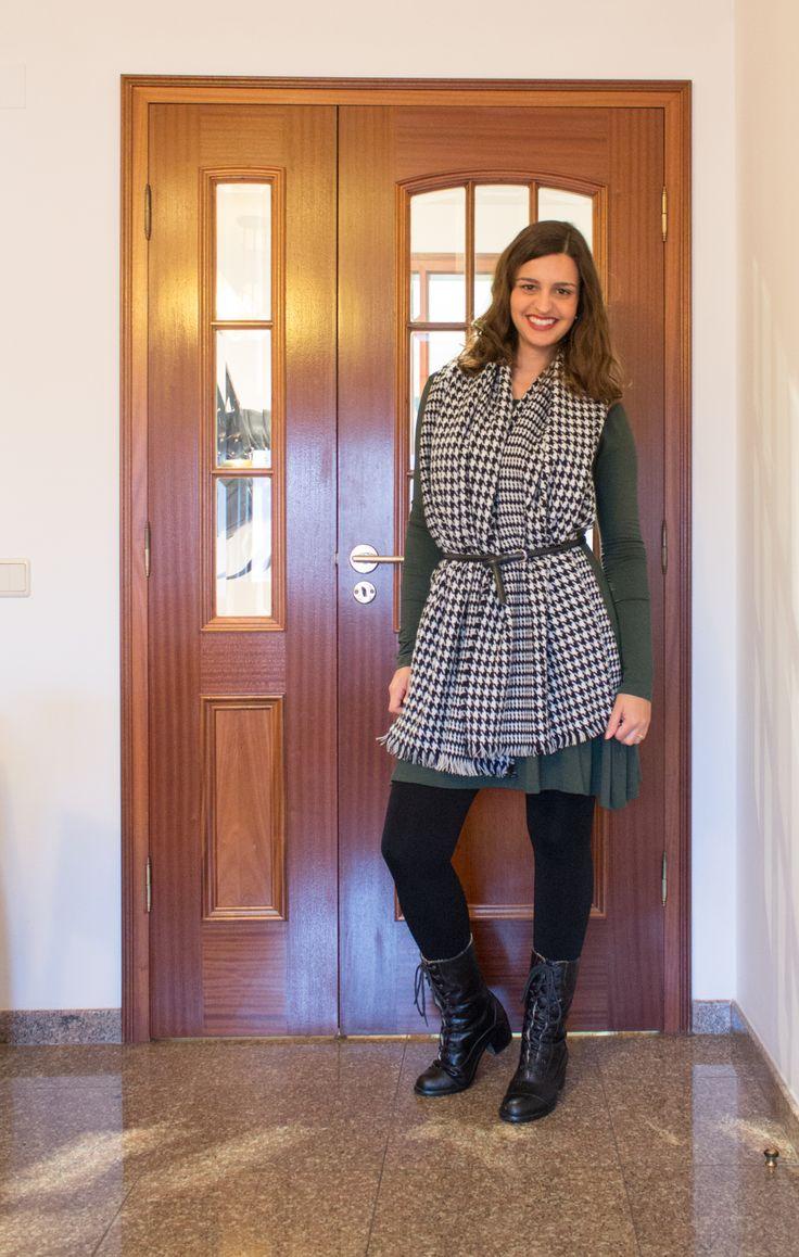 Cachecol tipo manta com estampa pied poule preso com cinto em cima do vestido, ótima sugestão para variar os looks de inverno!