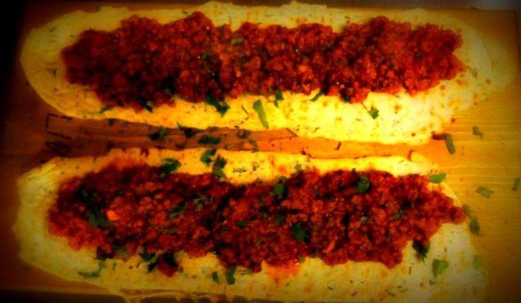 Υπέροχα πικάντικα λαχματζούν με χειροποίητη πίτα. Τα σερβίρουμε με γιαούρτι και γίνονται ανάρπαστα σε κάθε τραπέζι.