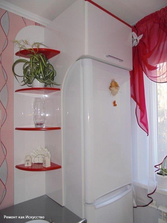 Кухня 5 кв.м.  Гарнитур 2 м. Стена где стол 3м. Окно 2,5м.  Кухня на заказ. В верхних шкафах проходит канал для вытяжки.  Полочка сделана из глянцевого ЛДСП.  Холодильник выезжает. У него сзади колесики. А так тоже можно вытереть если будет пыль.  Пол с серым вкраплением, сделан из ламината. Это не плитка.  Кухонный гарнитур стоит чуть больше 100 тыс. рублей.  Счетчик в нижнем шкафу. Шкаф без задней стенки. Газовщики не возражали.  Столешница из искусственного камня.  Посудомоечной машины…