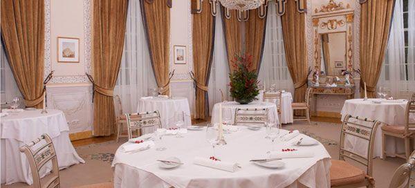 """A menos de um mês para terminar a parceria entre a Tivoli Hotels & Resorts e o Vila Joya, celebre o amor num dos sítios mais românticos do mundo.    Numa data que celebra os apaixonados, descubra os sabores mais requintados de um dos únicos restaurantes com 2 estrelas Michelin em Portugal, que vai surpreender, na noite de S. Valentim, com uma selecção de """"Petiscos do Amor"""". Nesta ementa especial, dedicada aos namorados, destacam-se os sabores exóticos dos Ouriços-do-mar, Hamachi, Lagostim..."""