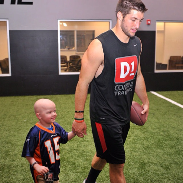 Soooo adorable!!! Tim tebow hanging out with a 4 year old who has leukemia.