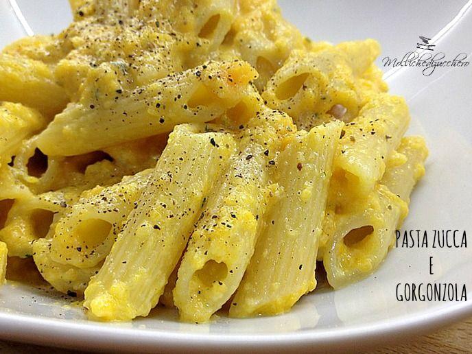 La pasta con crema di zucca e gorgonzola è un primo piatto delicatissimo, si prepara in una manciata di minuti con pochi e semplici passaggi.