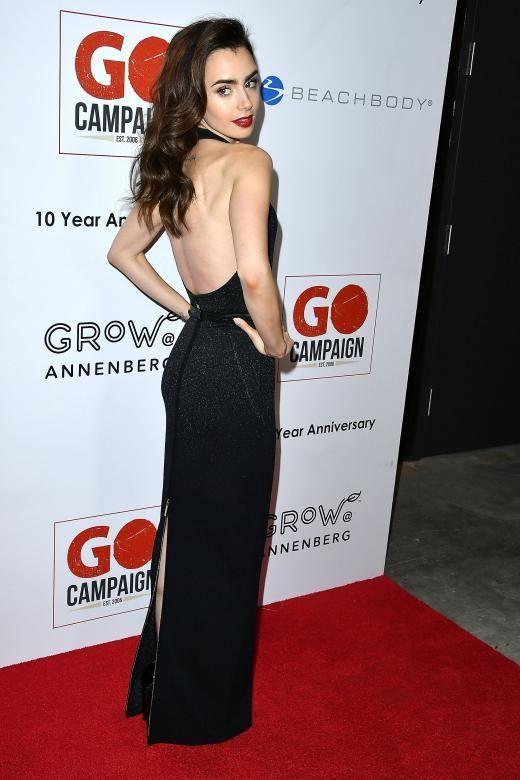 Ein schöner Rücken kann auch entzücken: Für die GO Campaign Gala in Los Angeles entschied sich Lily Collins für ein schwarzes Glitzerkleid mit tiefem Rückenausschnitt von Elie Saab. Die roten Lippen, das offene dunkle Haar und ihr blasser Teint erinnern an die Märchenfigur Schneewittchen.